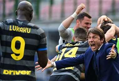 La celebración de Lukaku con  Antonio Conte, el DT del Inter. Foto: AFP