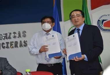 Saúl Rosas, rector de la universidad, y Manabu Ohara, titular de JICA