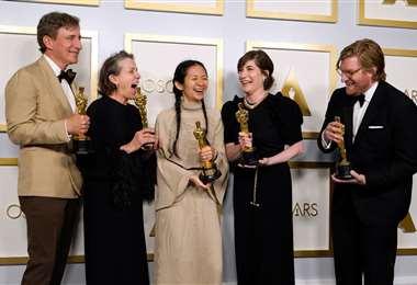 El equipo de Nomadland, que ganó como mejor película. Foto: AFP