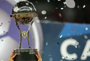 El trofeo de la Copa Sudmericana. Foto: internet