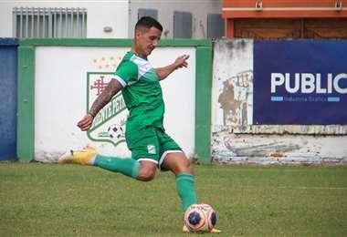Víctor H. Dorrego ensaya tiros libres en la práctica de Oriente. Foto: Prensa Oriente P.