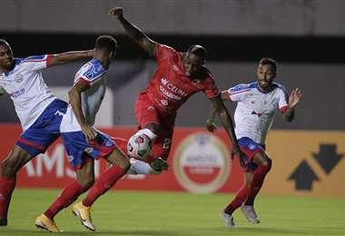 El delantero Kevin Mina entre defensores de Bahía. Foto: AFP