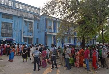 Largas filas de personas en busca de medicina. Foto AFP