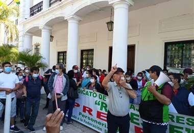Los funcionarios de la salud instalaron una huelga en la plaza principal de la ciudad