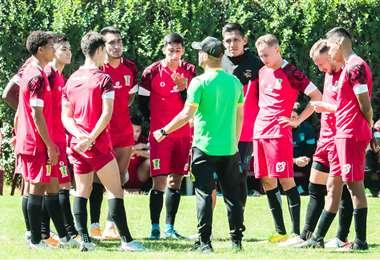 Thiago Leitao dando instrucciones a jugadores de Palmaflor. Foto: Palmaflor