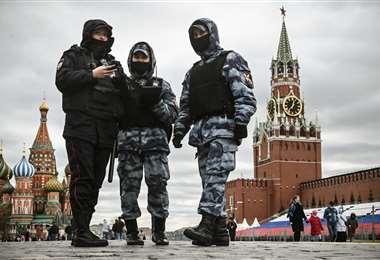 Policías rusos en el centro de Moscú. Foto AFP