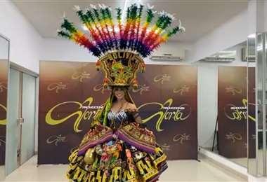 Presentación del traje típico de la Miss Bolivia
