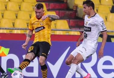 Díaz y José Sagredo en el duelo por la pelota. Foto: Barcelona