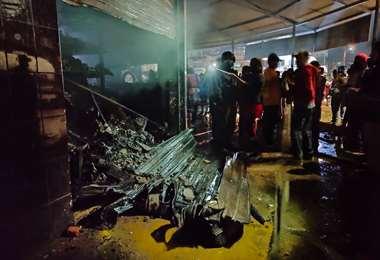 Foto Juan Carlos Fernández: los bomberos apagaron el fuego en la tienda