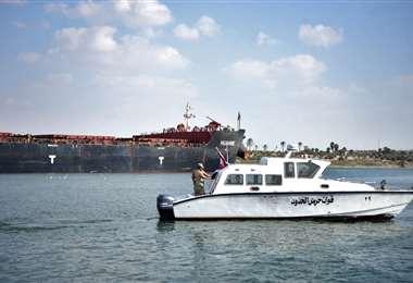 Guardacostas patrullan por el Canal de Suez /ArchivoAFP