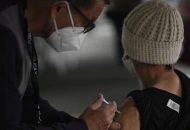 Una anciana es inoculada con la vacuna Oxford / AstraZeneca contra Covid-19 en Guatemala