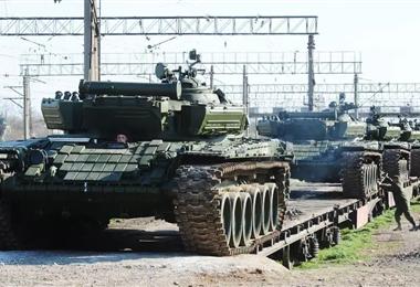 Soldados rusos descargan  sus tanques T-72 en Crimea en 2014/Archivo AFP