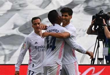 Asensio (dcha.) abrió el marcador a favor del Real Madrid. Foto: AFP
