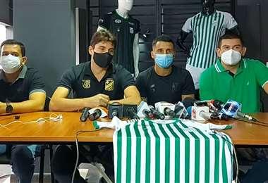 Dorrego (segundo de la dcha.) fue presentado el martes. Foto: Club Oriente Petrolero