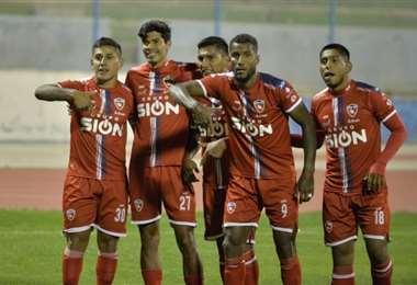 Los jugadores de Royal Pari celebran el gol de Orfano. Foto: APG Noticias