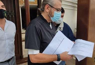 Rómulo Calvo muestra algunas denuncias que pesan en su contra. Foto CCpSC