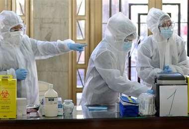 Los equipos de vacunación en el monoblock de la UMSA (Foto: AFP)