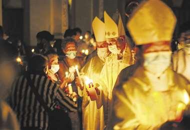 Los sacerdotes y los feligreses estuvieron con barbijo en las celebraciones de Semana Sant