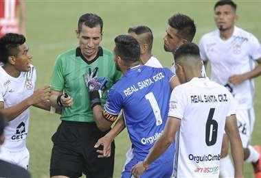 Los jugadores de R. Santa Cruz le reclaman a árbitro Jorge Justiniano. Foto: APG Noticias