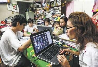 Una maestra imparte clases con la ayuda de las plataformas virtuales. Los profesores se pr