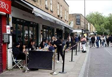 Boris Johnson anunció la reapertura de comercios no esenciales, como terrazas de pub