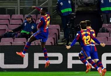 Dembélé (izq.) celebra el gol que marcó sobre la hora. Foto: AFP