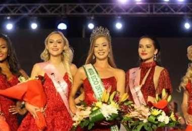 La representante de Sudráfrica ganó la corona de Miss Eco Internacional (al centro)