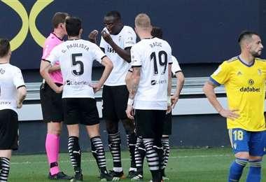 El reclamo de Mouctar Diakhaby al árbitro del partido. Foto: internet