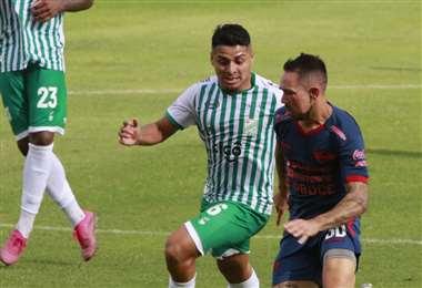 Daniel Rojas marca a Lizio en el partido contra Wilstermann. Foto: APG Noticias
