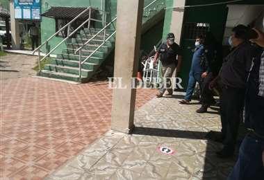 Policía custodia a feminicida para su traslado a La Paz. Foto Guider Arancibia