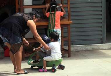 Arminda junto a sus dos sobrinos. Foto: Ipa Ibañez