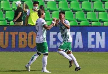 Niño de Guzmán (dcha.) celebra su primer gol en Oriente. Foto: Juan C. Torrejón
