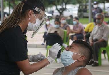 Pruebas de hisopado nasal para detectar covid-19/Foto: Juan Carlos Torrejón