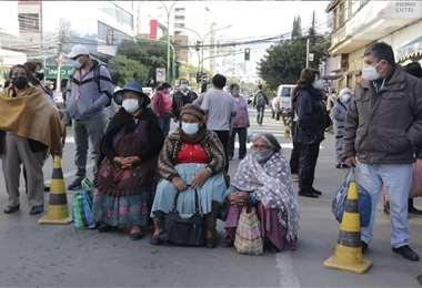 En diferentes ciudades hay personas a la espera de la vacuna. Foto: APG Noticias