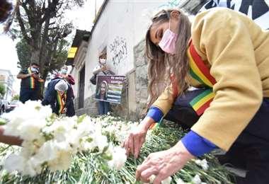 La hija de Jeanine Áñez mantiene una vigilia ante el penal de Miraflores. Foto: APG