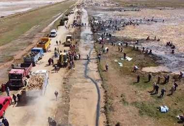 Numerosos voluntarios se sumaron a la limpieza del lago Uru Uru