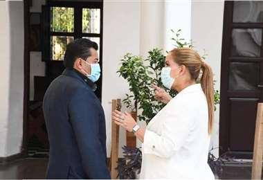 Foto referencial. Angélica Sosa (der.) da paso a la gestión del alcalde Johnny Fernández