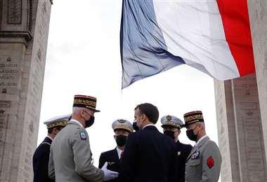 El presidente francés, Emmanuel Macron, conversa con los jefes de las fuerzas armadas