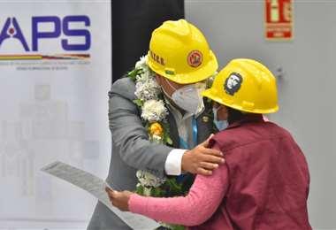 Arce hizo entrega del primer seguro a una trabajadora de la construcción (Foto: APG)