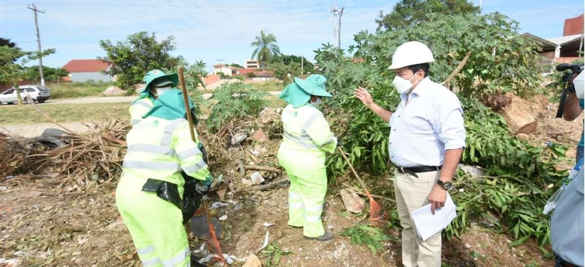 Fernández (der.) anunció que los responsables de la basura serán multados