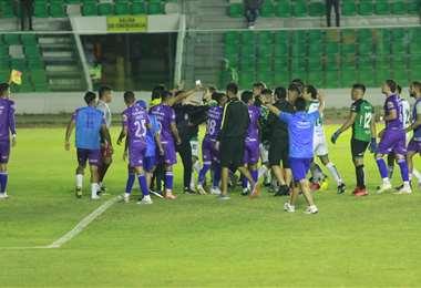 El momento del bochorno. Fue a partir del minuto 92 del partido. Foto: JC Torrejón