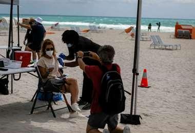 Vacunación en la playa de South Beach, Florida/Foto: AFP