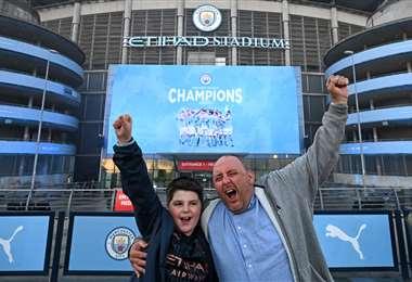 Fans del Manchester City celebran el nuevo título. Foto: AFP