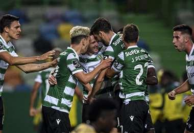 Todos abrazan a Paulinho, que fue el autor del único gol del partido. Foto: AFP