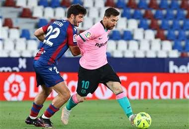 Melero y Messi en el duelo por la pelota. Foto: AFP