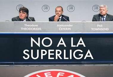 Ceferin (c.), presidente de la UEFA, está en contra de la Superliga. Foto: Internet