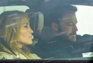 Los paparazzis captaron a la pareja en un auto y luego tomando un vuelo
