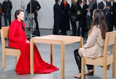 Marina Abramovic vestida de rojo en una de sus performances