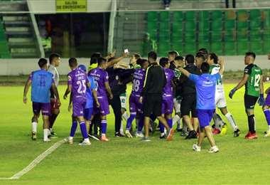 El partido Oriente-Real Potosí terminó con cuatro expulsados. Foto: Juan C. Torrejón
