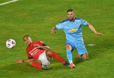 Toledo y Shadiku en el duelo por la pelota.  Foto: APG
